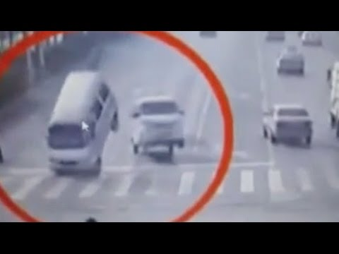 Three cars suddenly lifted by mysterious force (Video)